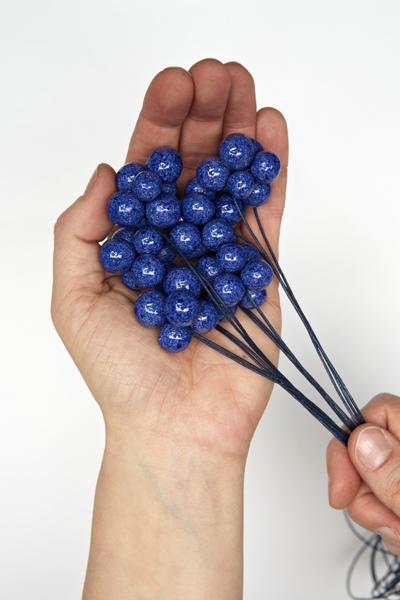 najs-design-porcelain-grapes-necklace-bobule-tereza-severynova-02